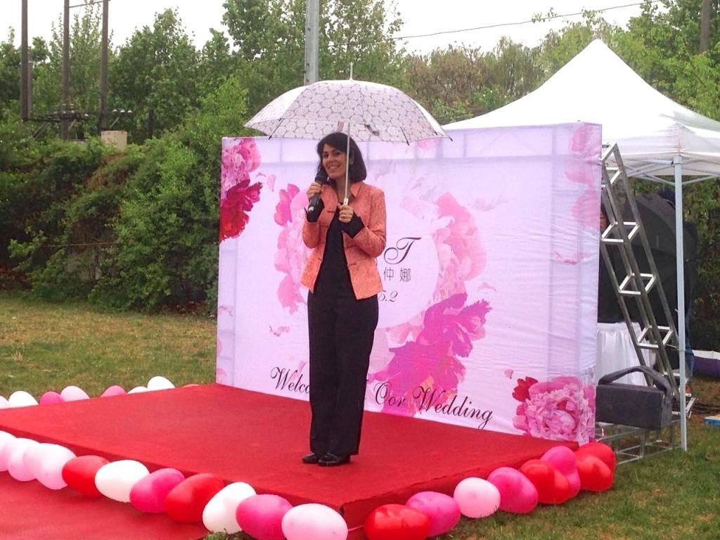 Elika Mahony singing at a wedding